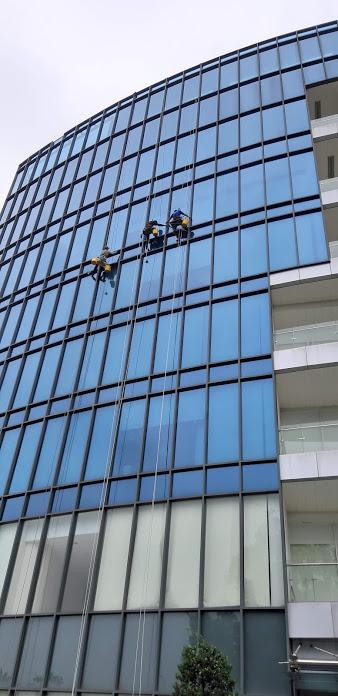 đu dây vệ sinh kính tòa nhà